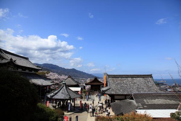 三井寺の境内を望む