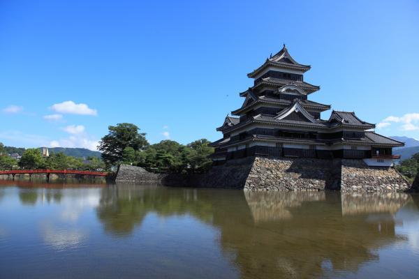 松本城と赤い橋