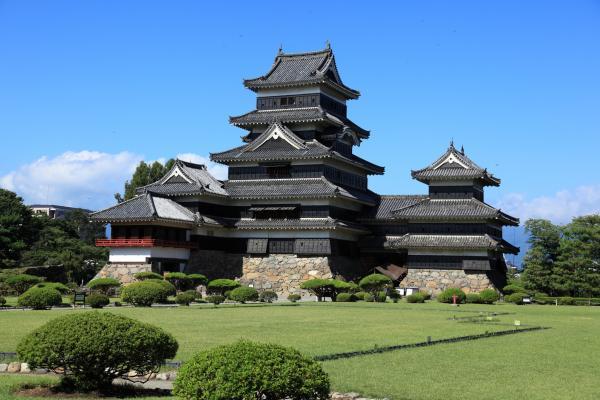 本丸庭園から見た松本城