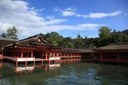 厳島神社の客神社と青空