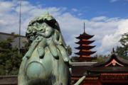 厳島神社の狛犬と五重塔