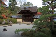 右から見た光明寺の信楽庭