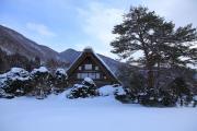 白川郷の雪の中に一軒の合掌造り