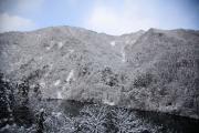 湖と雪景色の山