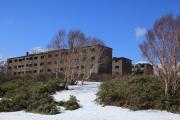 春、雪残る松尾鉱山アパート跡